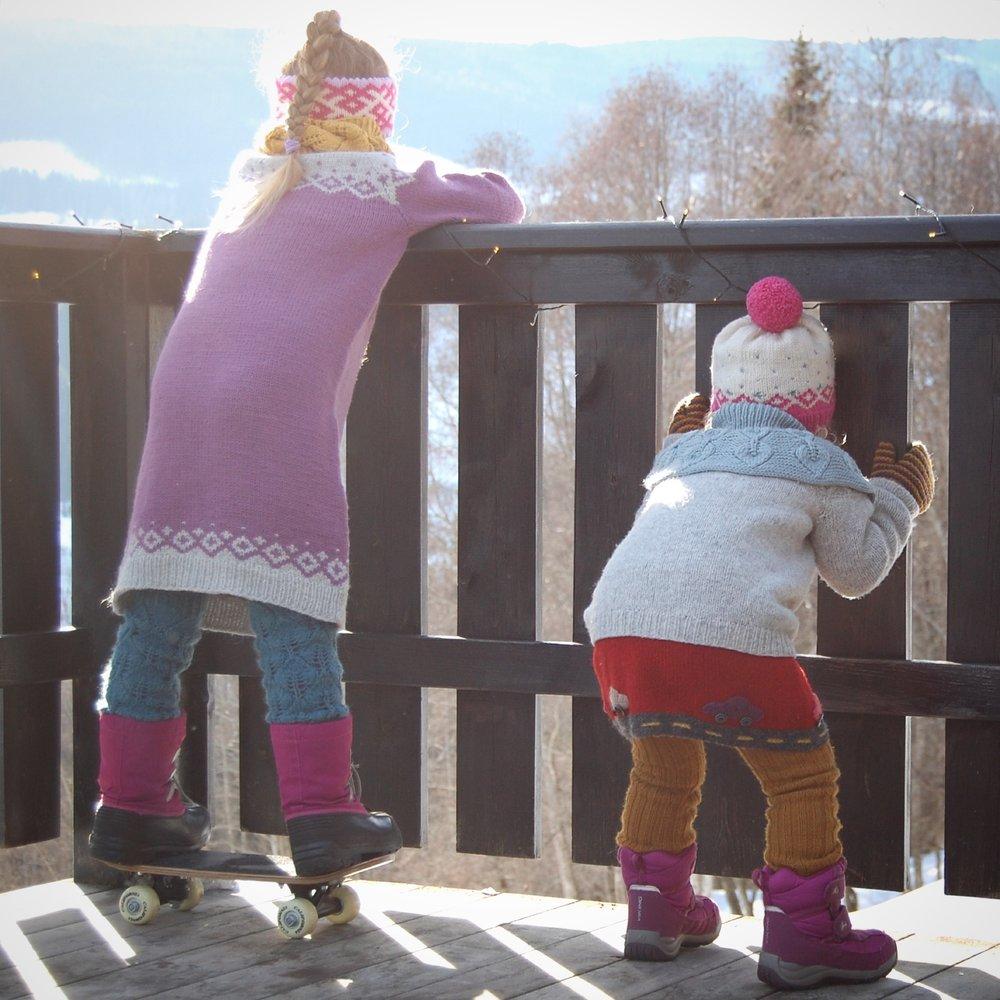 Storesøster:Løvsprettleggvarmere, Kongvinterbarnegenser (med ekstra lengde), Løvspretthals og Mønsterpannebånd (ikke utgitt ennå). Lillesøster:Ribbestrikket bukse (ingen oppskrift), Bilkjole (se #bilkjole på Instagram for mer info), Uglegenser (Kate Davies design), Løvfallhals og Kongvinterbarnelue.