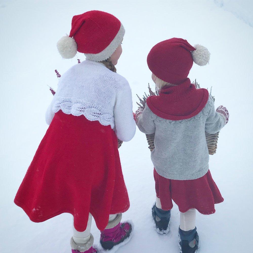 Storesøster: Kjolemedperler, Løvlibolero og Enluetilværsåsnill.   Lillesøster: Enluetilværsåsnill, uglegenser (ikke mitt design), hals strikket på frihånd og svingblingskjørt.