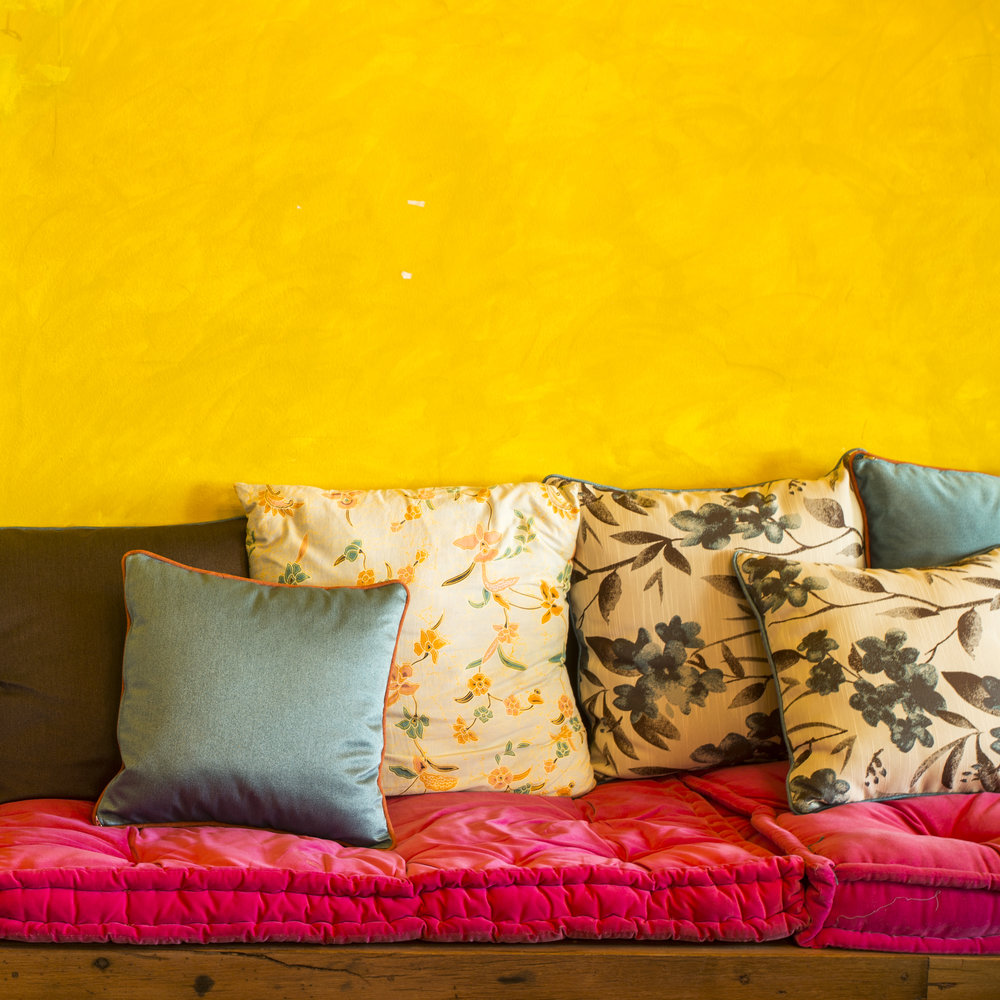 vintage-retro-living-room-with-pillows_Sv1eSDe_2fl.jpg