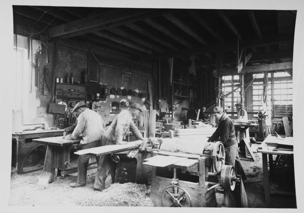 - À l'époque, la fabrique tient aussi in-situ un magasin de vente, ouvert le dimanche. Puis, la Fabrique de Meubles de Coulombs s'est itinialisée en FMC. Plus mode, plus moderne. C'est Pierre Hurel qui en a décidé ainsi. Industriel, il a épousé Denise, la fille unique des Gouget et tient depuis 1948 les rênes d'une entreprise familiale modernisée.