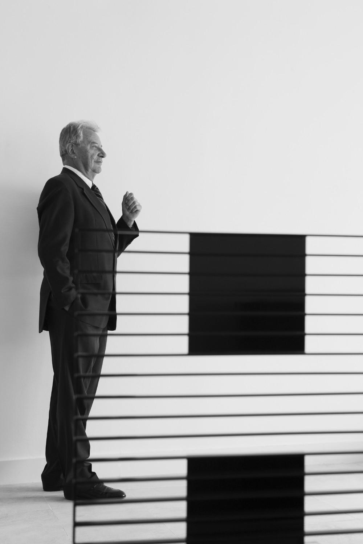 1968 – - Philippe Hurel, créateur and inventeurPhilippe Hurel, fils de Pierre Hurel, effectue ses premiers pasprofessionnels dans la firme paternelle. Il en prendra la directiondeux ans plus tard.Entré dans l'entreprise par la petite-porte, Philippe Hurel, petit-fils de Maurice G., fils de Pierre H., sera celui qui déclenchera une révolution en mettant un point d'arrêt àla production du mobilier de style en faveur du mobilier contemporain. Ni caprice, ni oukase. Juste la vision d'un homme bien inscrit dans son époque et qui eut le courage de rompre avec la tradition sans la gager sur l'autel de l'industrialisation. Son style, charpenté, viril, élégant, enthousiaste, se forgera et s'affirmera à l'aune de cette rupture salutaire, nécessaire. Le tour de force est encore plus louable car, pour être entré dans le décor, Philippe Hurel n'en a pas renié pour autant l'héritage familial.