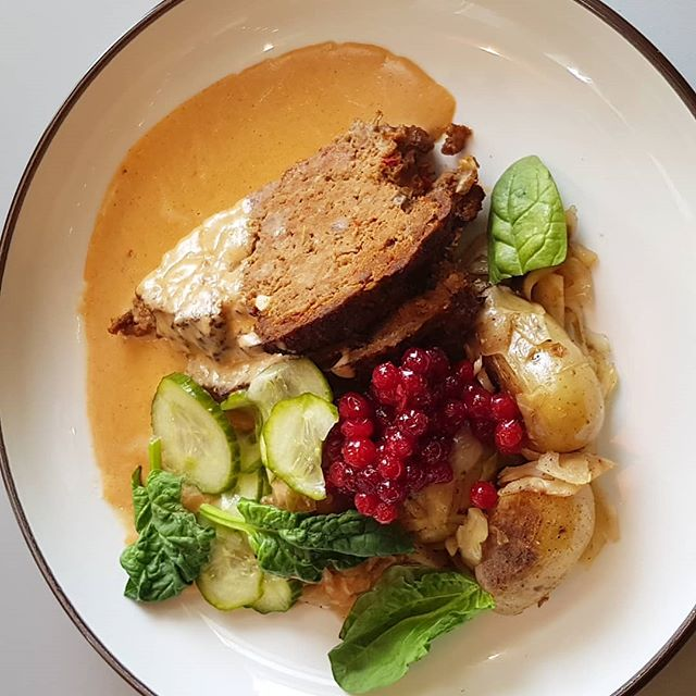 Idag på Varvet: Vår egen köttfärslimpa med brunsås, potatis, bräserat kål, pressgurka & lingon.  #varvetdelidine #husmanskost #dagenslunch