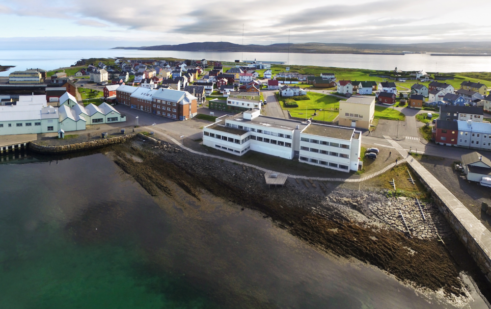 Vardø Hotel ligger midt i byen med utsikt mot havna