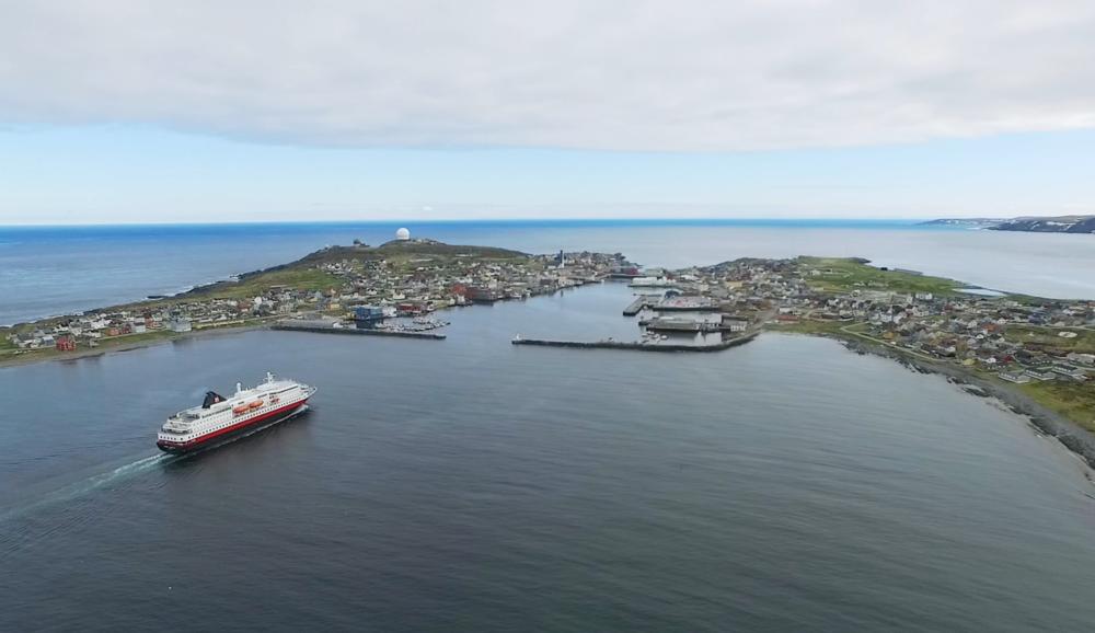 En fin måte å ankomme Vardø på etter å ha flydd inn Kirkenes er å ta Hurtigruten fra Kirkenes til Vardø.