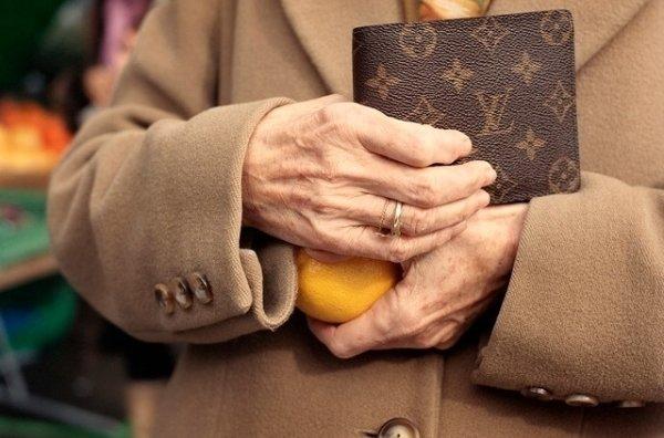 Bien que mise en garde, la vieille dame a puisé l'argent dans son compte pour le remettre à l'inconnu. (Image d'illustration) (Photo: Keystone)
