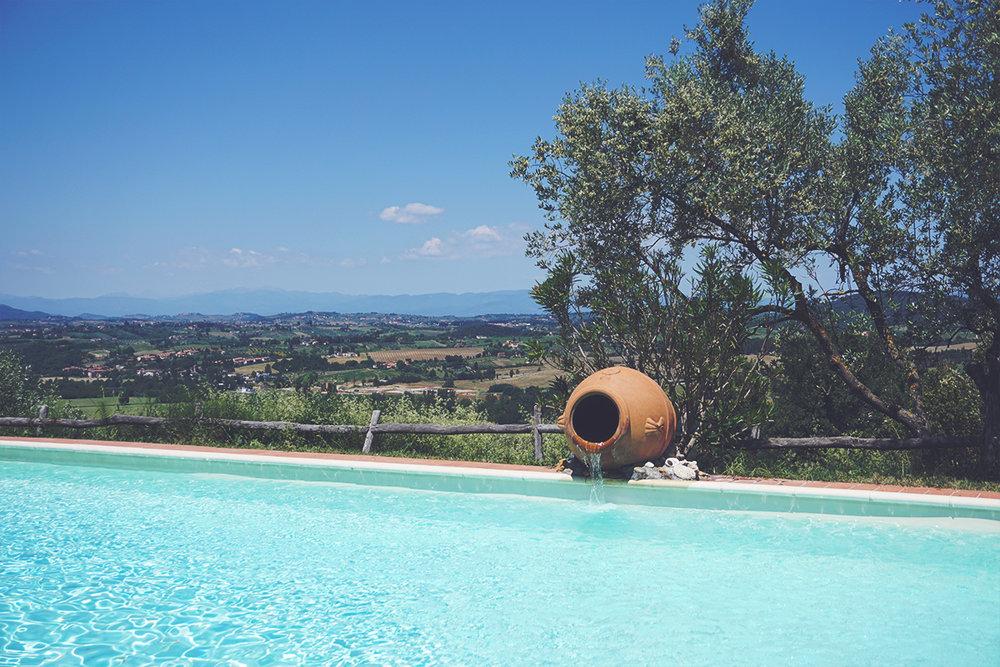 Una veduta dalla piscina dell'agricampeggio Cipollatico.