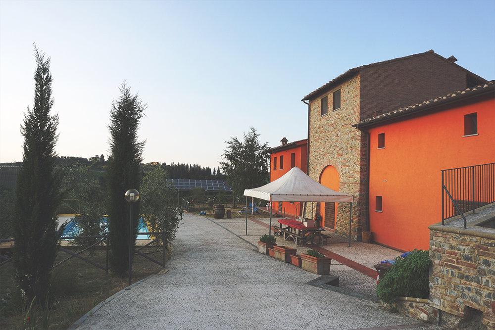Borgo Stella: uno degli edifici e la piscina, sul fondo l'impianto fotovoltaico.