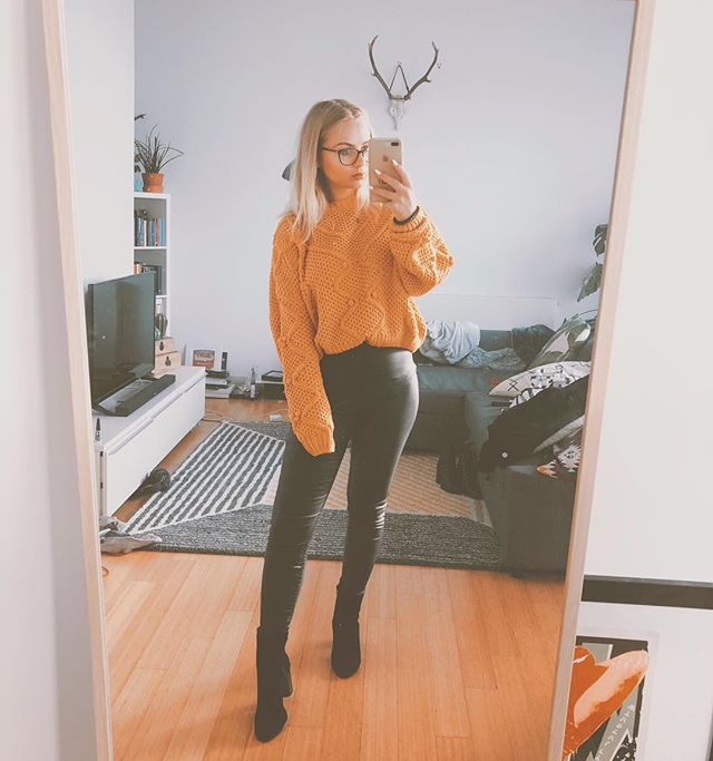 Been so busy at the moment 🤦🏼‍♀️ SOS, finding it super hard to chill, can't wait for this weekend.. literally just gunna stuff my face 😂😇😇 obsessed over this jumper too ❤️ #fromwhereistand #styleblogger #whatiwore #aboutalook #bloggergirl #ootd #outfit #styleoftheday #fashionblogger #fashionblog #outfitoftheday #stylegram #whatiworetoday #selfie #style #styling #fbloggers #stylediaries #lookoftheday #backtominimal #trueoutfit #manchesterblogger #manchester #northernblogger #manchesterfashion #outfitideas #fashiondiaries #styleblog #outfitinspiration #fblogger