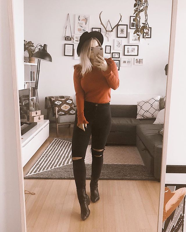 Christmas cowgirl 🌲😂 the festivities have begun ✌🏻🤷🏼‍♀️🌲🌲 #fromwhereistand #styleblogger #whatiwore #aboutalook #bloggergirl #ootd #outfit #styleoftheday #fashionblogger #fashionblog #outfitoftheday #stylegram #whatiworetoday #selfie #style #styling #fbloggers #stylediaries #lookoftheday #backtominimal #trueoutfit #manchesterblogger #manchester #northernblogger #manchesterfashion #outfitideas #fashiondiaries #styleblog #outfitinspiration #fblogger
