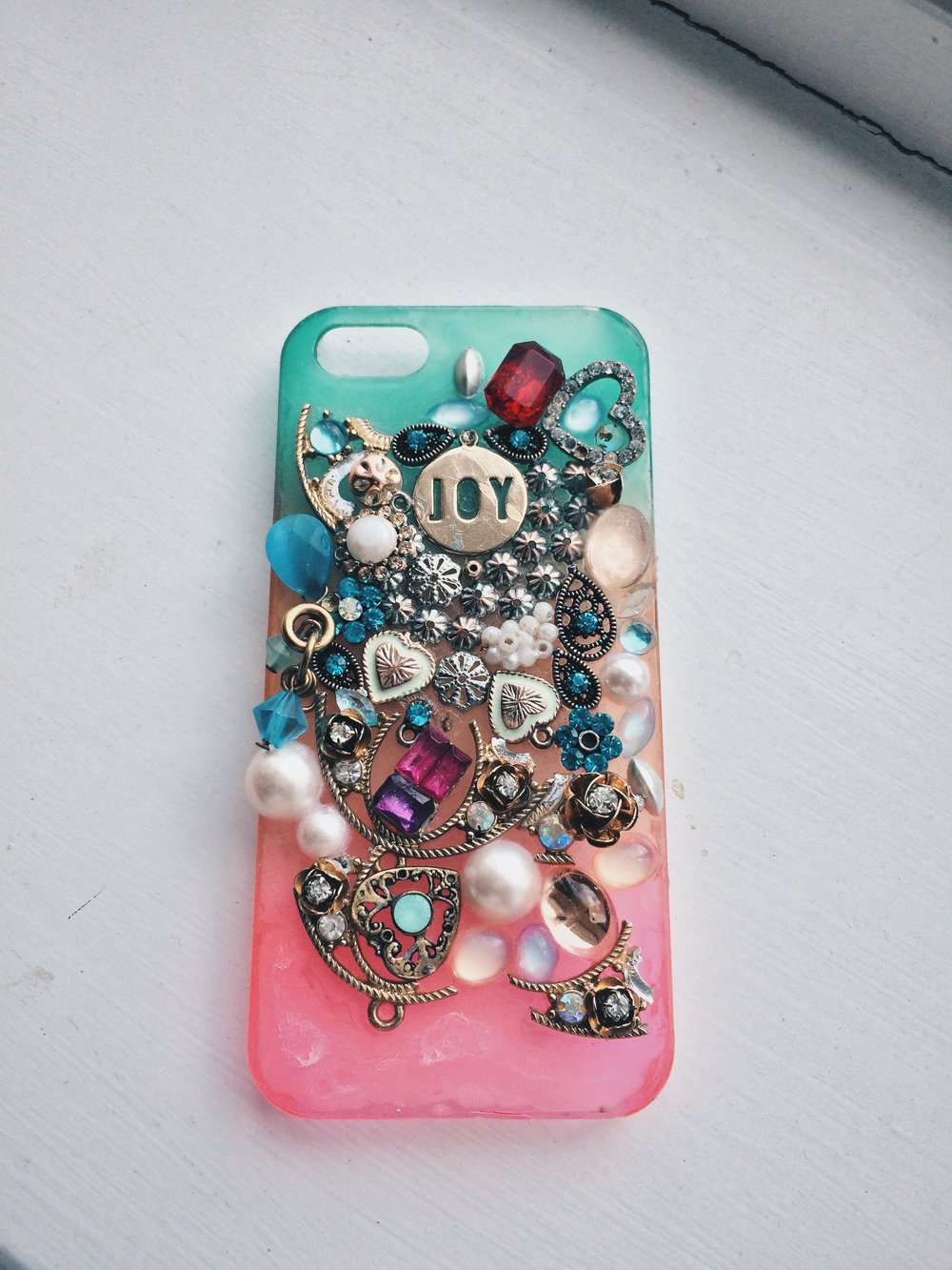 One of my hobbies is taking old jewellery to decorate my phone cases.