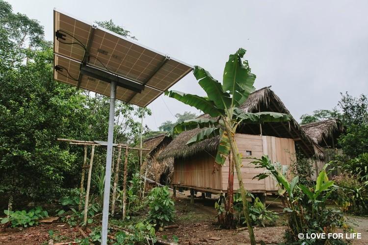 System montażowy Arausol wyspowej instalacji fotowoltaicznej w gminie Nemonpare plemienia Waorani w ekwadorskiej Amazonii.