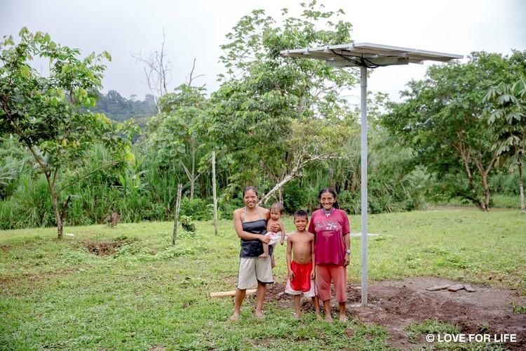 System montażowy firmy Arausol z rodziną z plemienia Waorani w gminie Kiwaru w ekwadorskiej Amazonii.