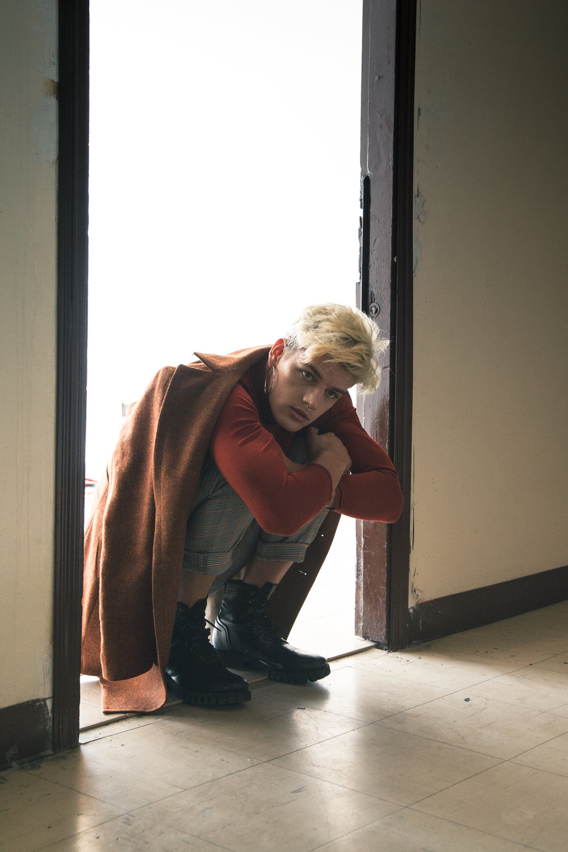 Coat: Whitman. Sweater & trousers:Zara. Shoes: Diesel.