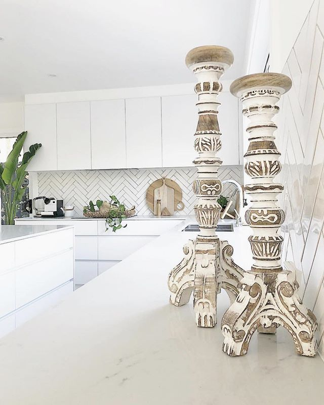 We don't know how Alicia does it but even her kitchen looks like a tropical oasis 🌴Featuring our beautifully carved Abra candle holders, this kitchen almost looks too good to cook in!  We absolutely love Alicia's style @my.burleigh.reno 💗
