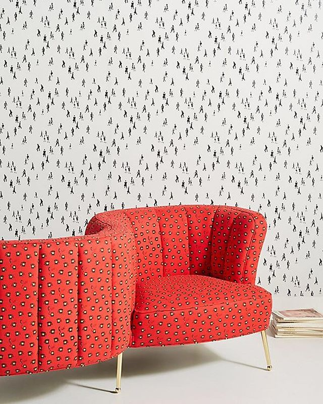 The second wallpaper print available @anthropologie in two colorways! White and Pink seen here. Love the install with this sofa. Link in bio- photo: @anthropologie #taylorwmurphy