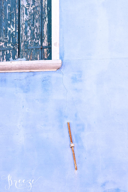 Cornflower_blue_wall_Burano.jpg