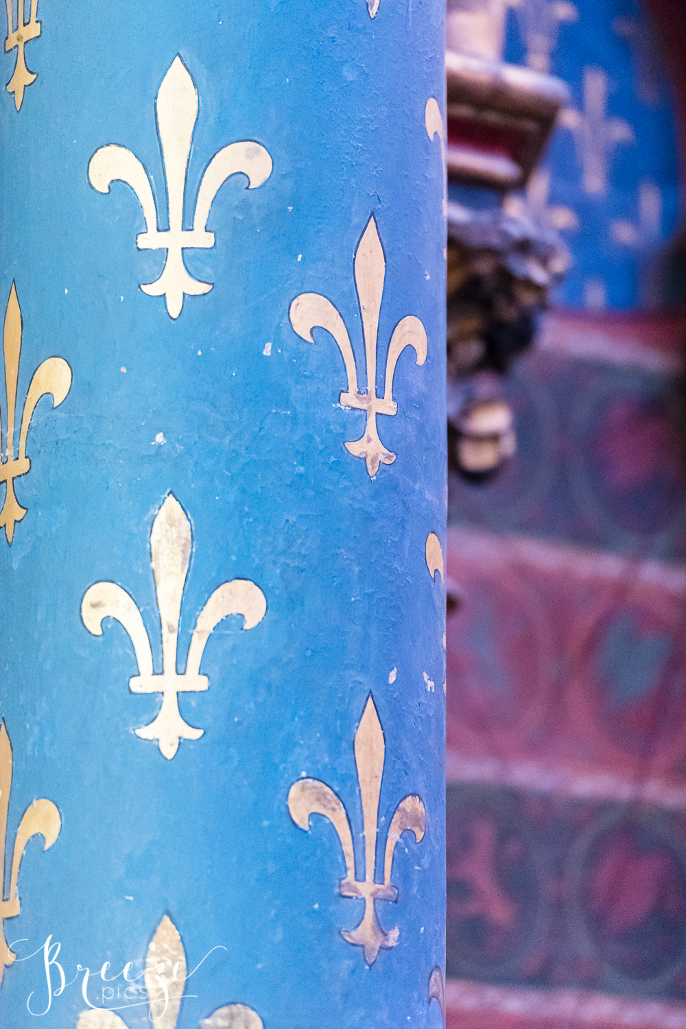 Sainte_Chapelle_gold_fleur_de-lis_on_blue_column.jpg