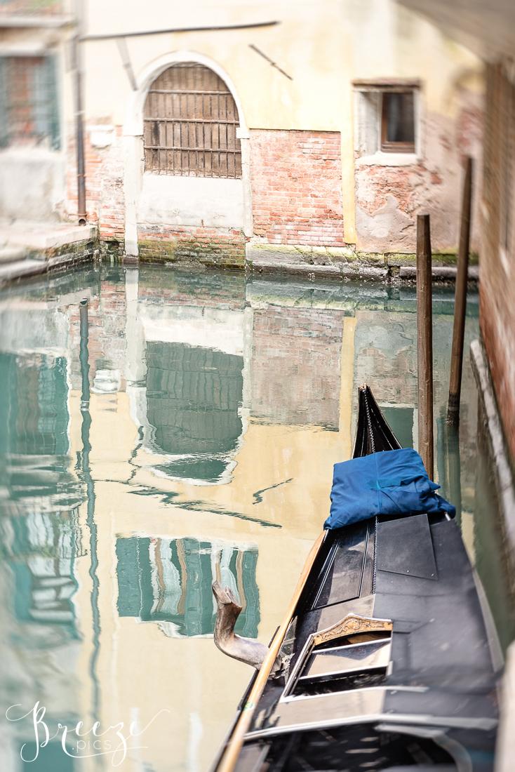 Venice_Canal_Gondola_Reflection.jpg