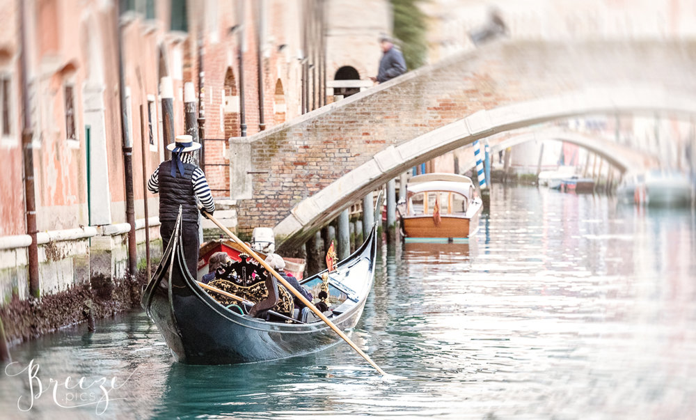 Venice_Canal_Gondolier_Bridge.jpg