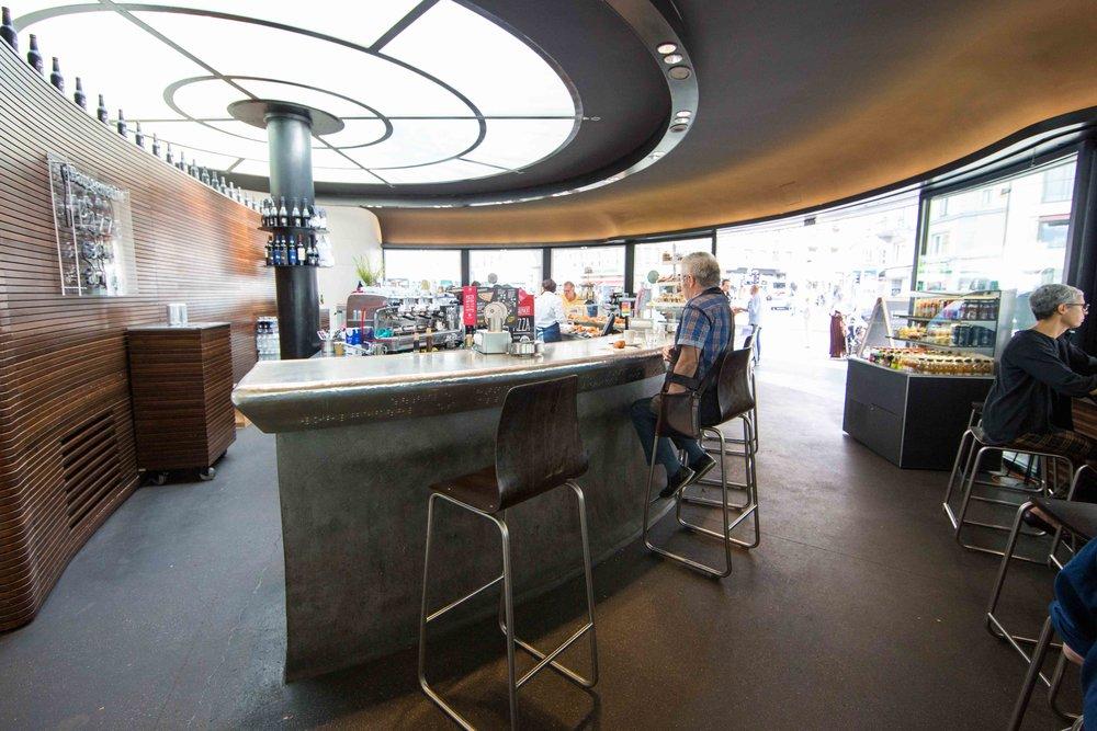 Die Glasdecke - eine Windrose - lässt die Gäste im Belcafe an der Bar in alle Himmelsrichtungen der Welt blicken.
