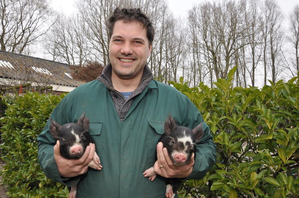 Chef Maarten Hamel met twee Berkshire biggen – Foto: 't Geheim van Bergen
