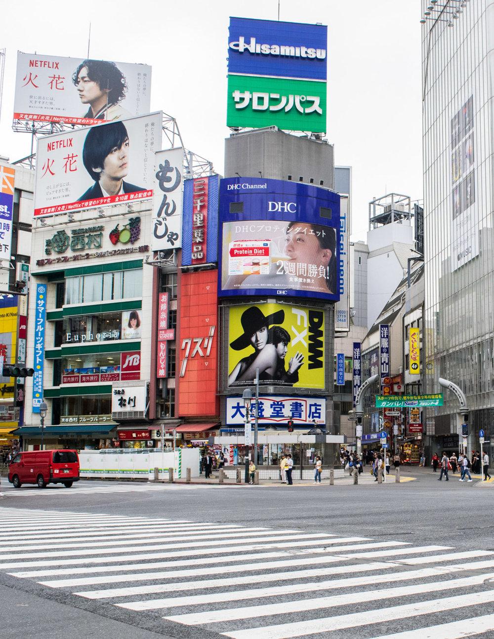 amaris-woo-tokyo-shibuya-crossing-japan