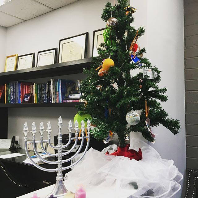 From everyone at #FeldmanPT we wish you a happy, healthy and festive holiday! ☃️🎁 #happyholidays #merrychristmas #happyhanukkah #holidaydecor #feldmanphysicaltherapy #healthyholidays
