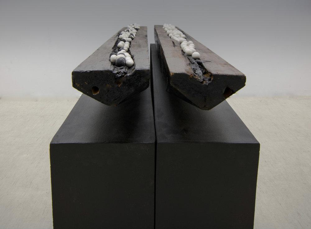 Migration, 2015. « Diptyque », bois, céramique, métal, feuille d'or. 14 x 14 x 136 cm.
