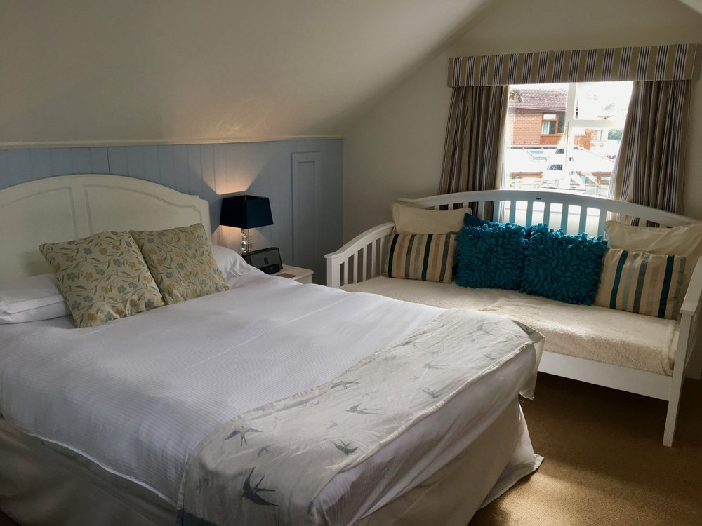 The Fishbourne Ryde King Room Bed