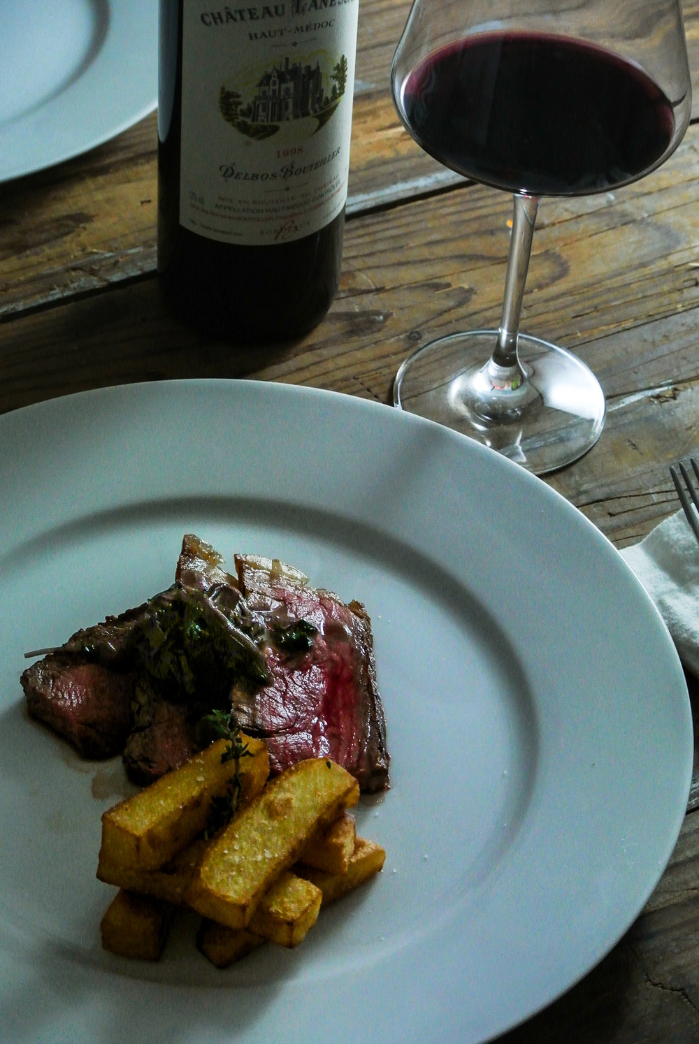 Rib steak with bordelaise sauce and beef dripping chips