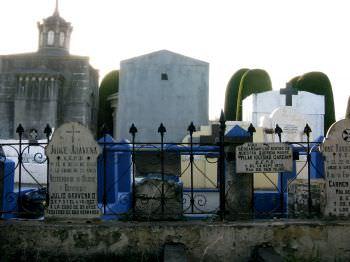 punta-arenas-tombstones.jpg