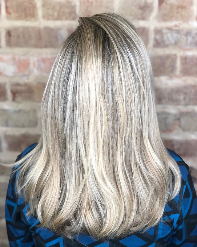 It was time for something Lighter & Brighter. Literally & Figuratively. 👩🏼💇🏼‍♀️🙋🏼‍♀️ Some signature layers,  few inches off, and perfectly placed highlights make a huge difference in your color.  Swipe ⬅️ for more views and a before