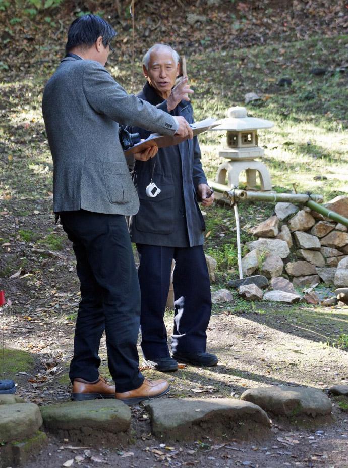 Hoshino-san (facing camera) of Ogata Kai Japan onsite at Shogetsu-an, Hakone Gardens