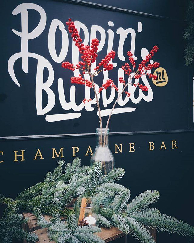 ProseccoHOHOHO en cava staan klaar om je op te warmen ⛄! Kom naar de #Kerstmarkt winkelcentrum Vleuterweide en drink een lekker bubbeltje met ons, oui please! 🎅