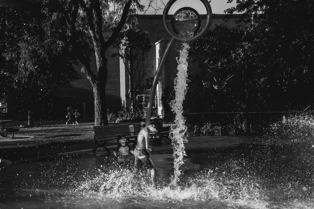 Montreal-family-photos-heat-wave-sprinkler-park17.jpg
