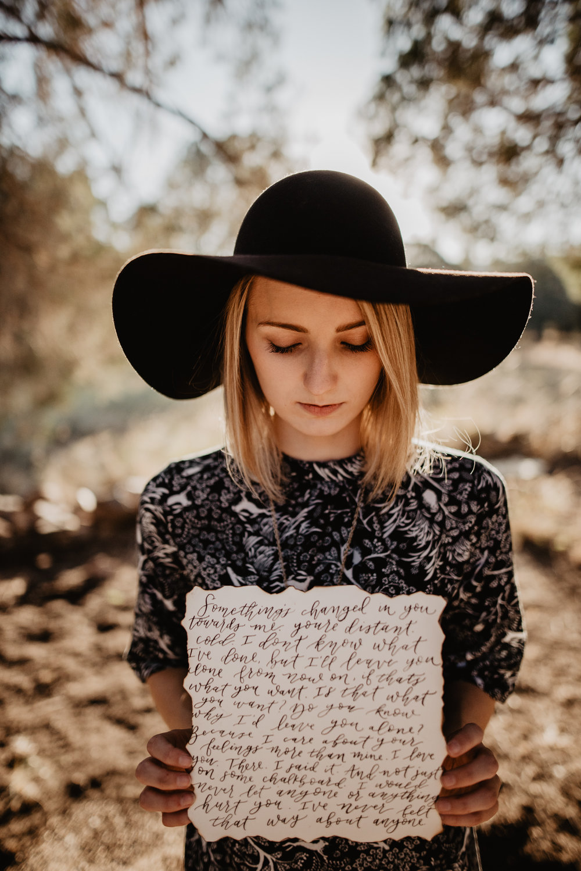 American Horror Story Violet holds letter