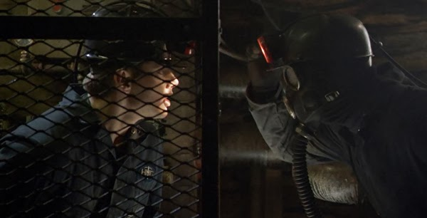 my-bloody-valentine-3d-2009-jensen-ackles-tom-faces-the-miner-in-tunnels.jpg