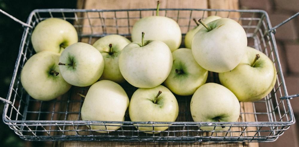 kaboompics_Healthy green apples in the basket.jpg