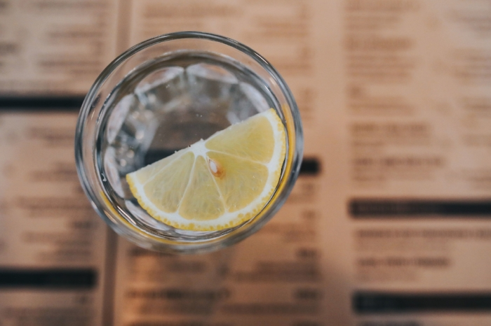 kaboompics_Glass of water with a lemon.jpg