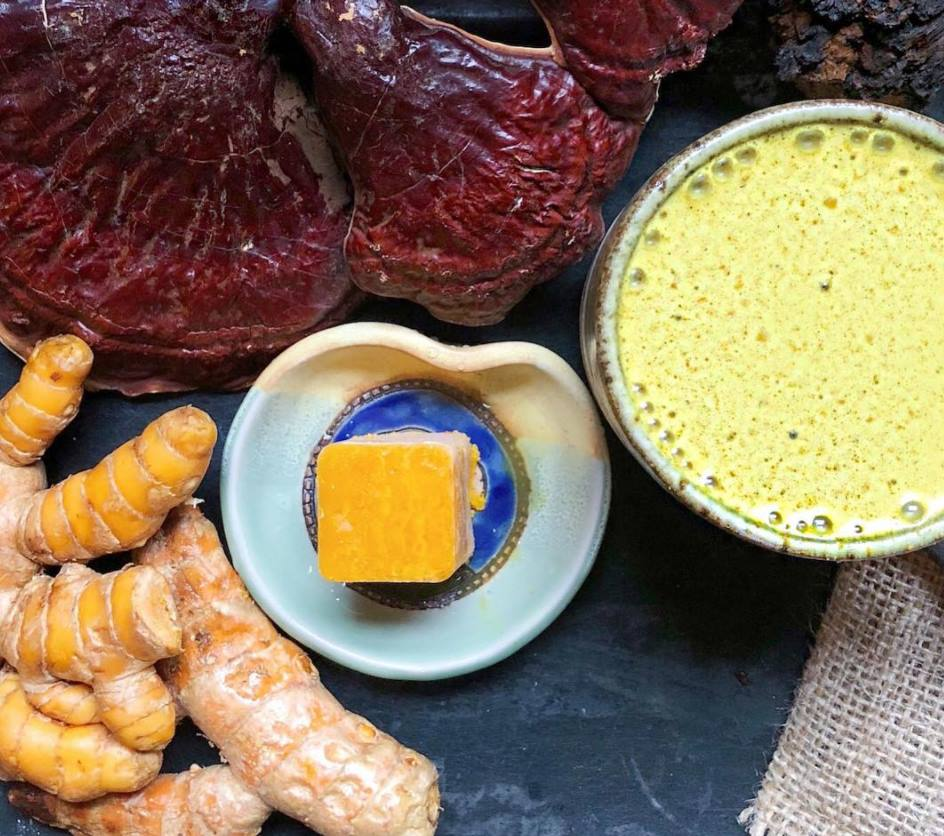 Turmeric latté with Reishi and Chaga: A Triple threat against inflammation! 🌞  Ingredients: enough for 2  2 cups coconut milk 1 tbsp turmeric  1/2 tsp vanilla 1/4 tsp cinnamon 1/8 tsp Black Pepper 1/2 tsp @rootandbones Reishi 1/2 tsp @rootandbones Chaga 1 tbsp coconut oil or ghee Directions: In a pot over medium heat add milk, turmeric, coconut oil or ghee. Stir until mixture is hot. Add mixture to a high speed blender with remaining ingredients. Blend on high until mixed well and frothy.  Cheers! 🧡🍄