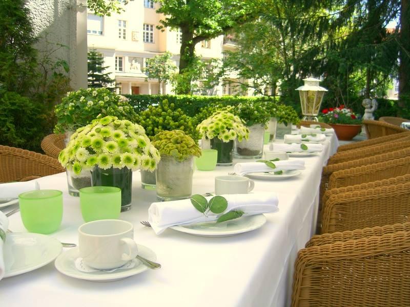 Gartenterrasse - Für Freunde der mediterranen Lebensart eignet sich die an das Restaurant angrenzende Gartenterrasse mit 30 Sitzplätzen wunderbar zum stilvollen Feiern.