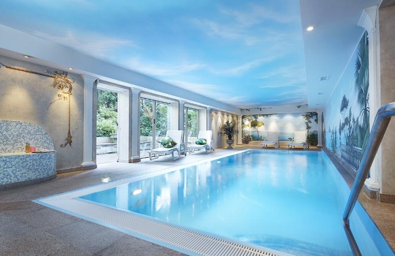 In den Pool eintauchen - Ihnen steht ein Erlebnis-Schwimmbad mit Sonnenterrasse und eine Regenwald-Aromadusche sowie ein Ruheraum zur Verfügung.Unsere finnische und römische Sauna nutzen Sie gegen eine Gebühr. Danach können Sie sich in unserem hausinternen Kosmetikinstitut verwöhnen lassen.