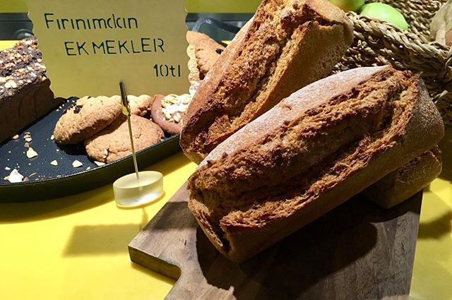 """""""Fırınımdan Ekmekler"""" haftalık LİT ekmeklerimizi sıcak sıcak getirdi. Dükkanımız mis gibi koktu... #lit #litkarakoy #happycow #vegan #karakoy #istanbul #whereveganseat #veganfood #veganrecipes #wholefood #plantbased #lifeinlit #veganpeynir"""