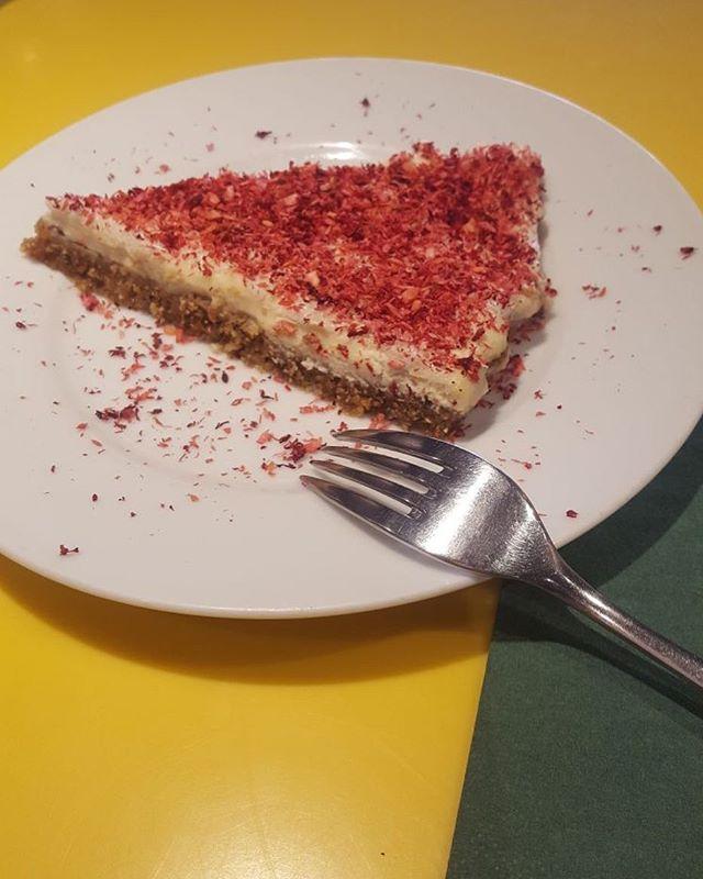 Hindistan cevizli limonlu cheesecake #lit #litkarakoy #happycow #vegan #karakoy #istanbul #whereveganseat #veganfood #veganrecipes #wholefood #plantbased #lifeinlit #veganpeynir #bitkiselpeynir
