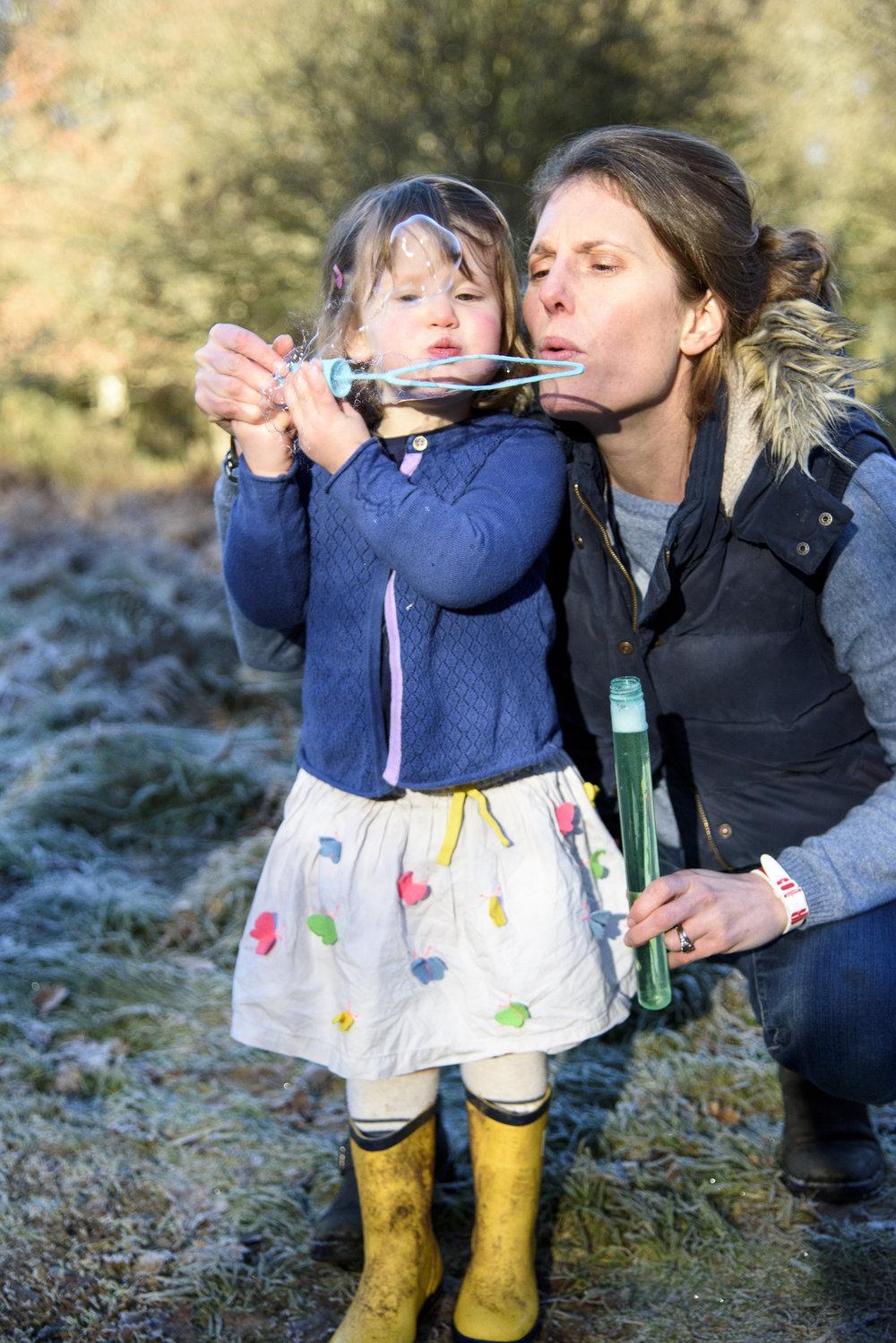 sally-hornung-photgraphy-mother-daughter-bubbles1.jpg