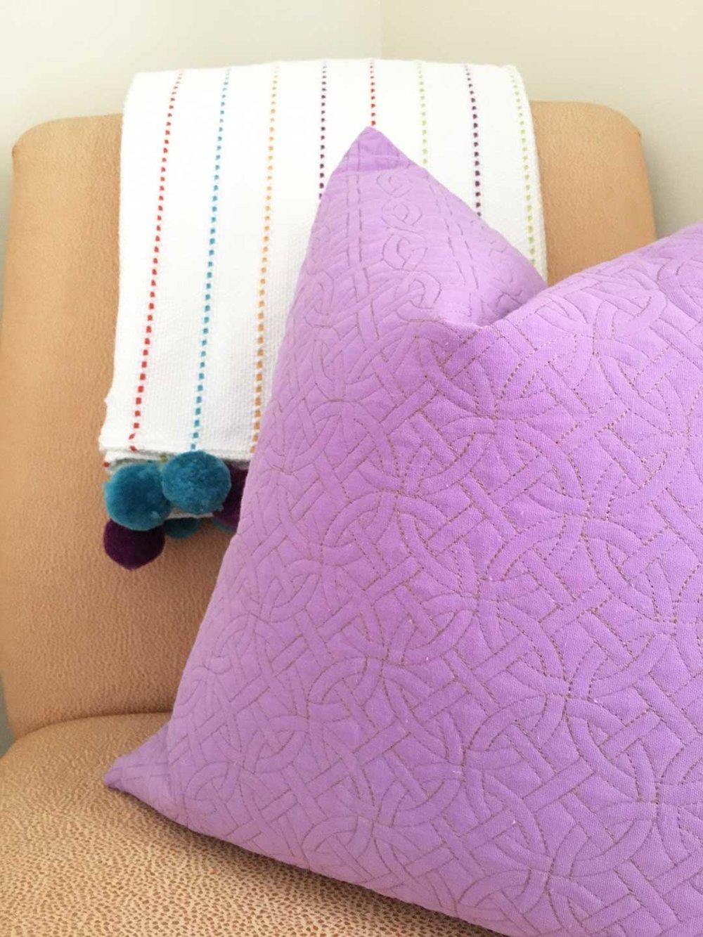 pillow-pom-pom-details-pro.jpg