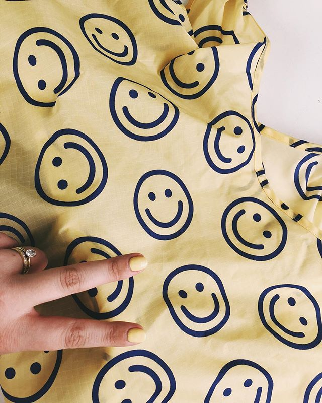 Hey weekend. You make us happy 😃 ✨ • • • • • • #growvenice #losangeles #urbanoutdoorliving #venturesome #abbotkinney #gooutsideandbe #alwayssummer #venicebeach #santamonica#lacali#radicaloptimism #california #yellow #happy #smilyface #baggu #summer