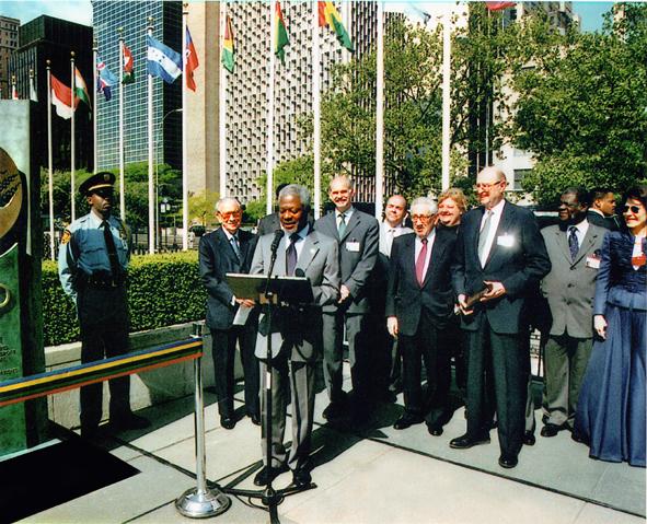 Dedication ceremony hosted by UN Secretary-General Kofi Annan, May 2001