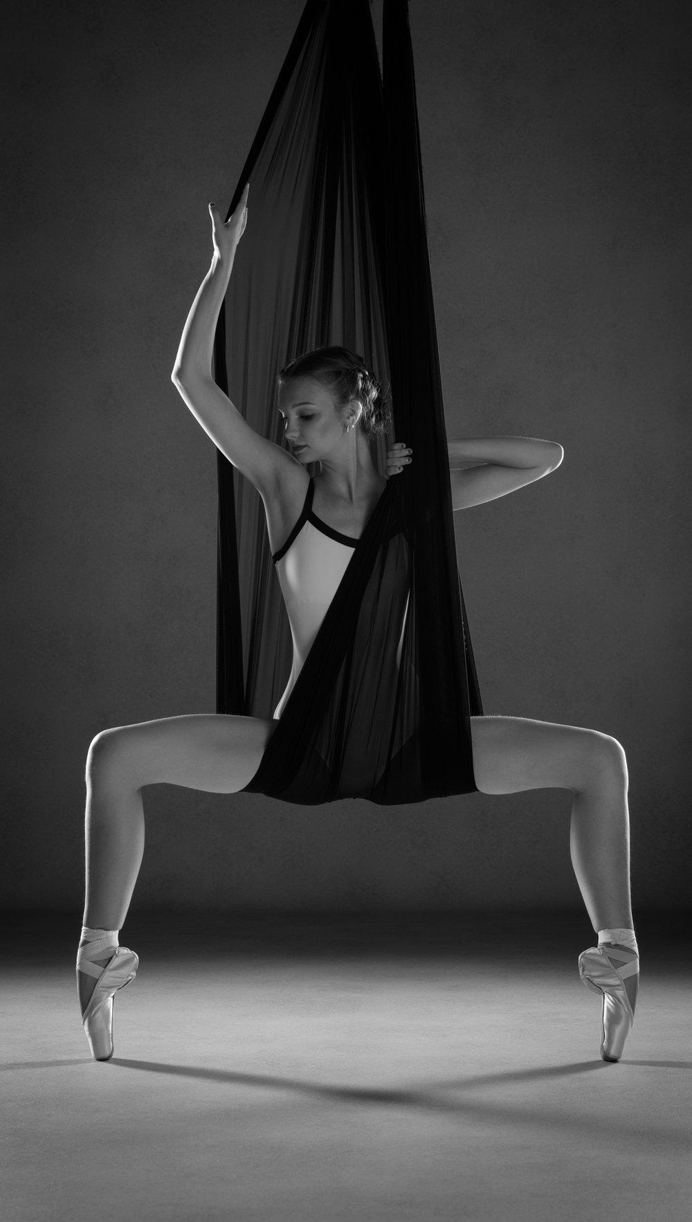 0640 Studio Dance Shoot Lisa-Marie & Xanthe B_W.jpg