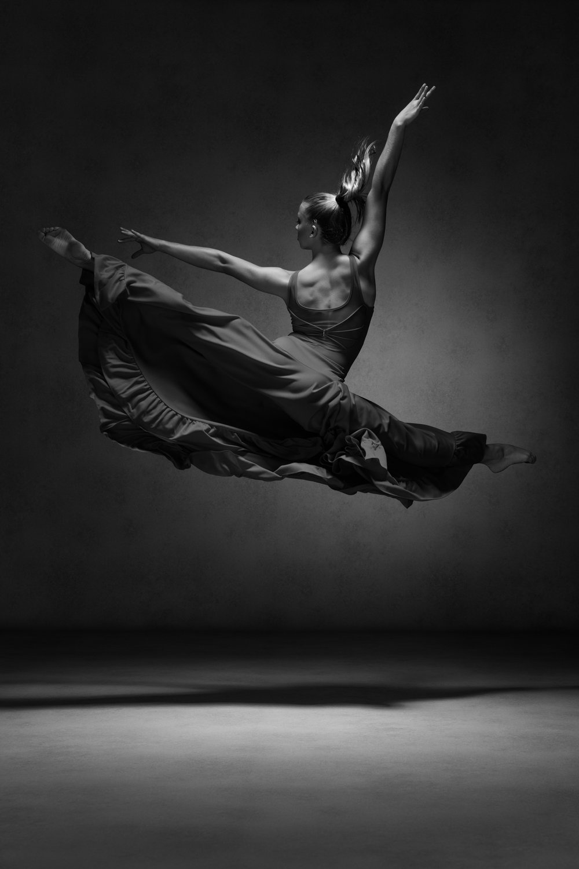 0140 Studio Dance Shoot Lisa-Marie & Xanthe B_W.jpg